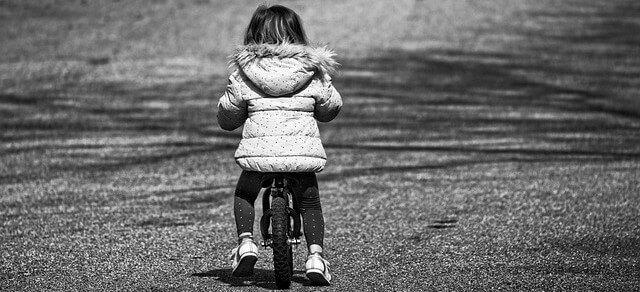 sonhar com uma criança andando de bicicleta
