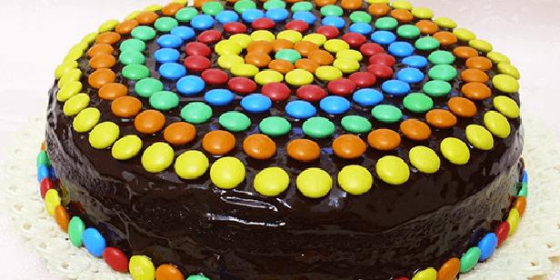 bolo de chocolate colorido com confete