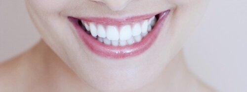 sorriso com dentes brancos e bonitos