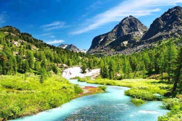 rio de água corrente e limpa