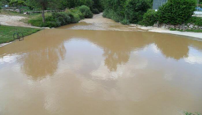 rio de água suja, barrenta e com lama