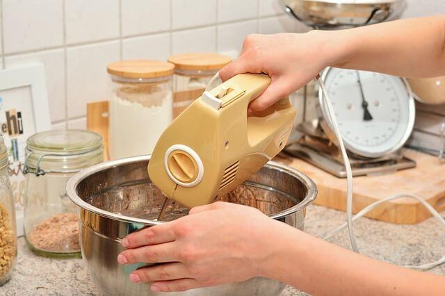 mulher batendo o bolo na batedeira