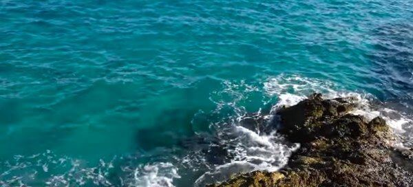 águas cristalinas do mar