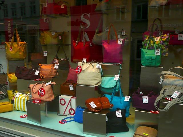 vitrine com diversos tipos de bolsas
