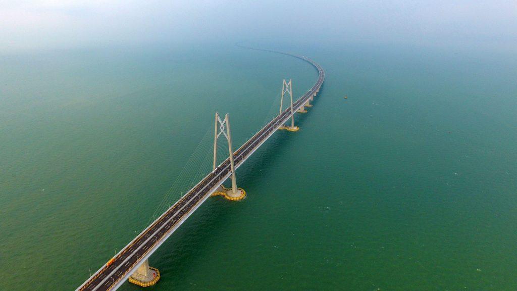 ponte sob um rio azul