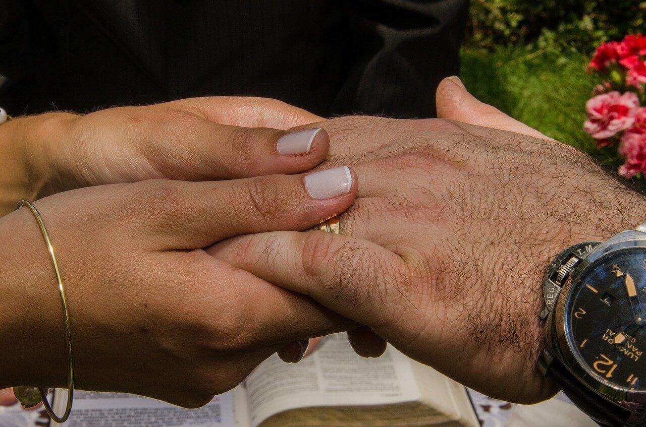 You are currently viewing Aliança de namoro: qual mão usar?