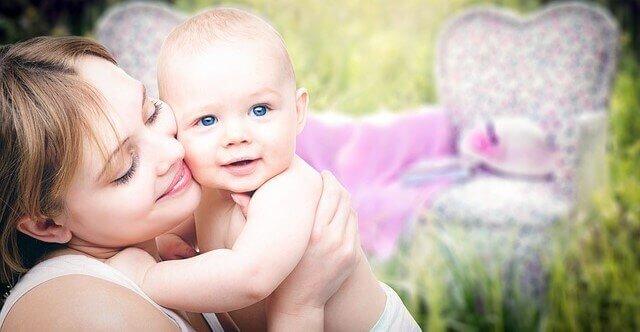 mãe segurando o bebe
