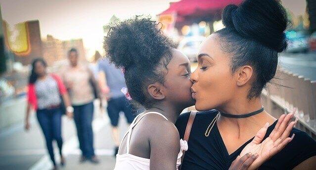 mãe beijando a filha