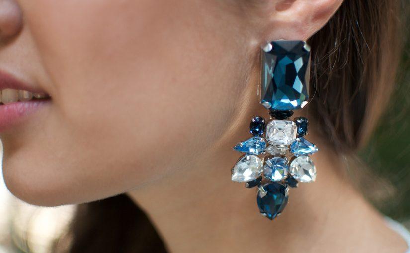 brincos de pedraria azul grande e bonito
