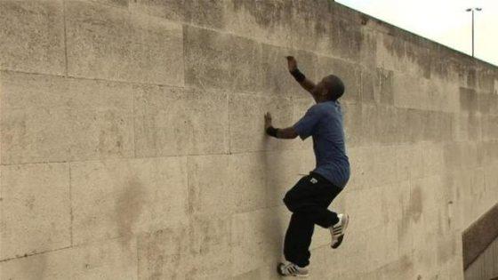 sonhar que está tentando subir o muro mas não consegue