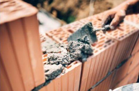 sonhar com pedreiro construindo muro