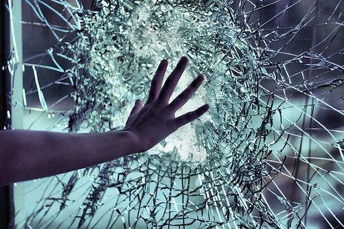 You are currently viewing ▷ Sonhar Com Vidro Quebrado – O que isso significa?