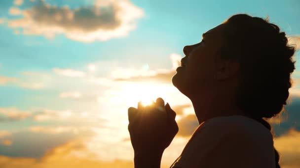 mulher rezando a prece de caritas