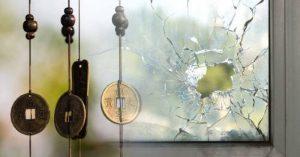 Conheça o significado energético de objetos quebrados em casa de acordo com o Feng Shui