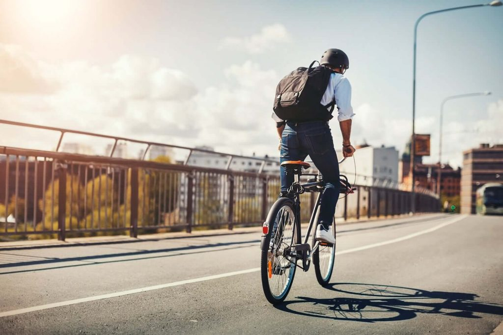 homem andando de bicicleta em uma ciclovia