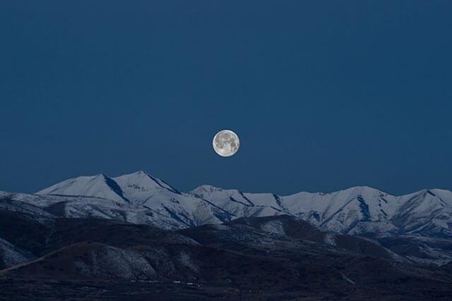 lua cheia vista da montanha