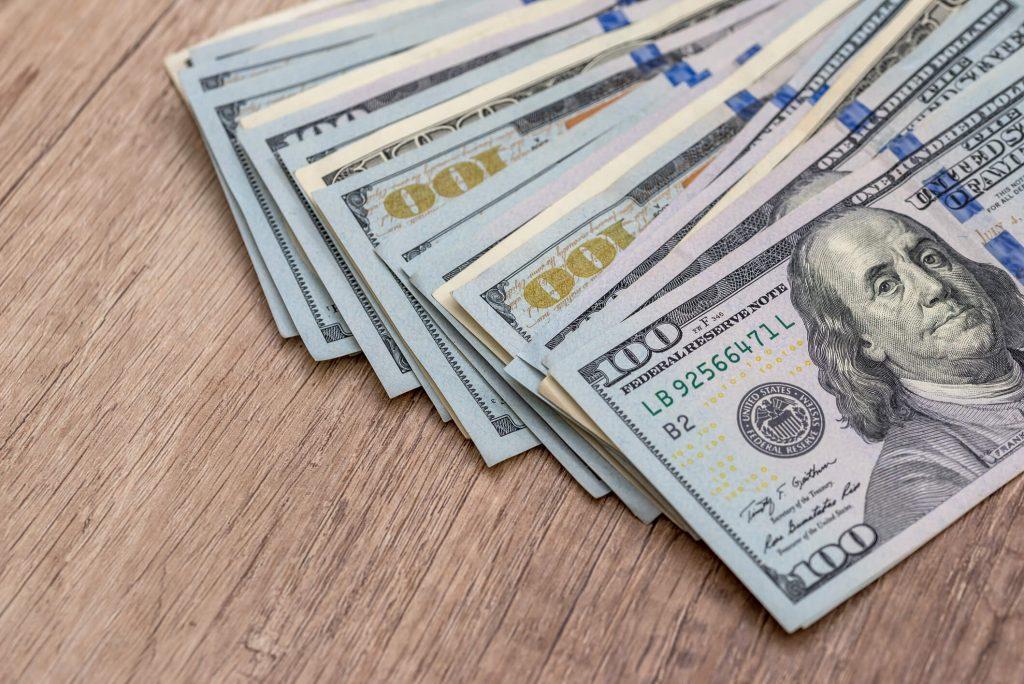 dolares em dinheiro de papel