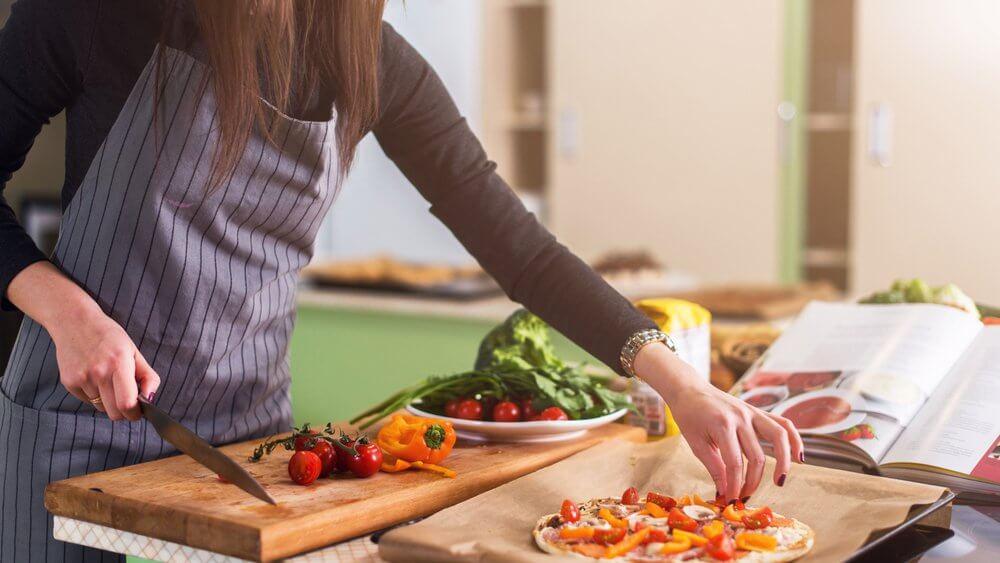 ▷ Sonhar Cozinhando 【O significado vai te surpreender】