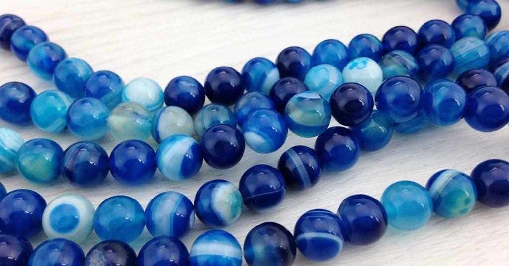 pedras agata azuis formando um colar