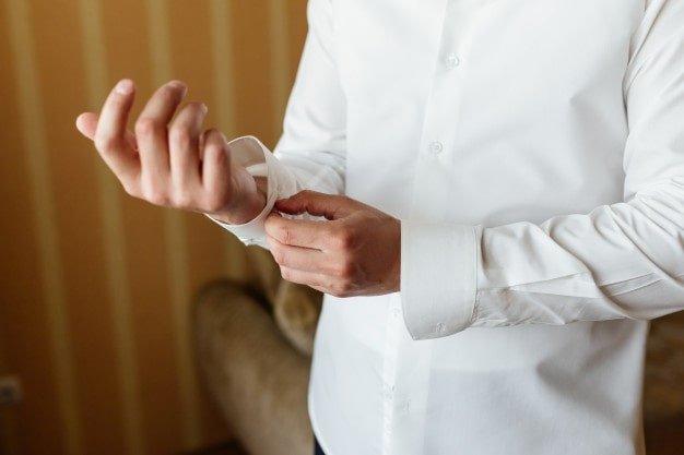 hoje vestindo uma camisa branca muito limpa