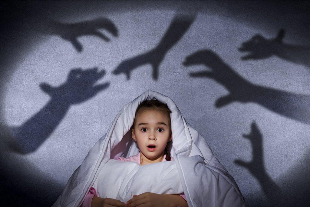contar histórias assustadoras do dia das bruxas- garota com medo