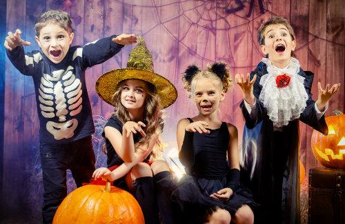 crianças tirando fotos fantasiadas de halloween