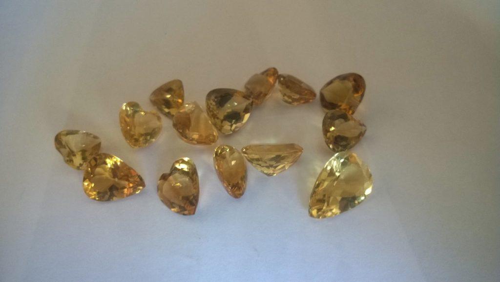 pequenas pedras preciosas citrino