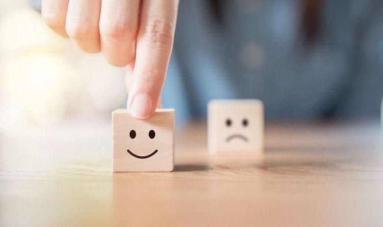 quadrado desenhado um rosto feliz e outro com rosto triste