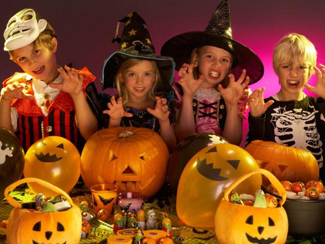 crianças preparando gostosuras do dia das bruxas
