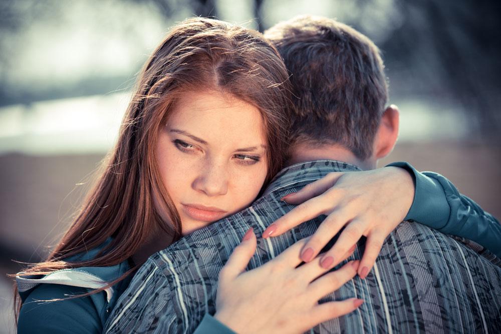 mulher abraçando o seu ex namorado