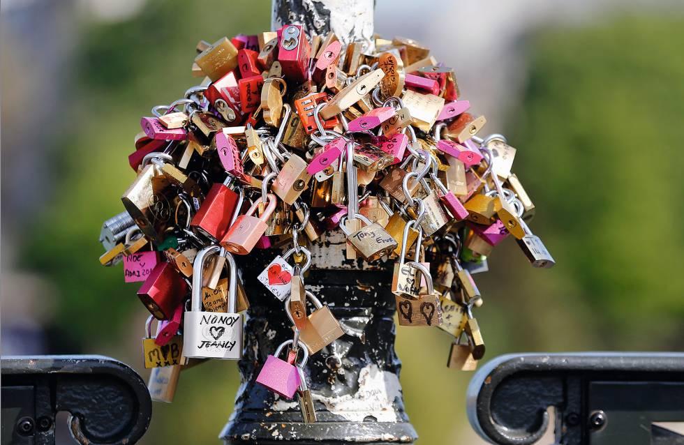 muitos cadeados pendurados em um pilar