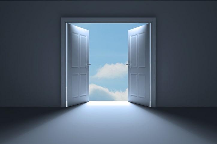 Porta branca aberta para o além