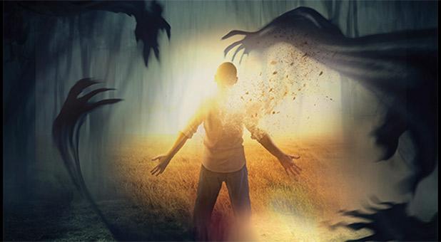 homem rodeado de demônios indo em direção a luz