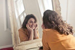 ▷ Sonhar Comprando Espelho 【Significa Sorte?】