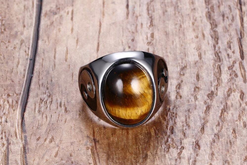 um anel com uma pedra olho de tigre
