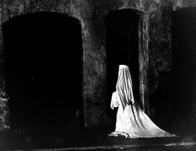 mulher de branco na floresta para assustar
