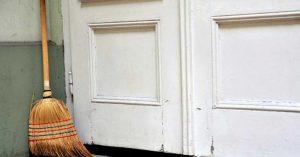 Você conhece o ritual da vassoura atrás da porta? Você precisa fazer na sua casa hoje mesmo!