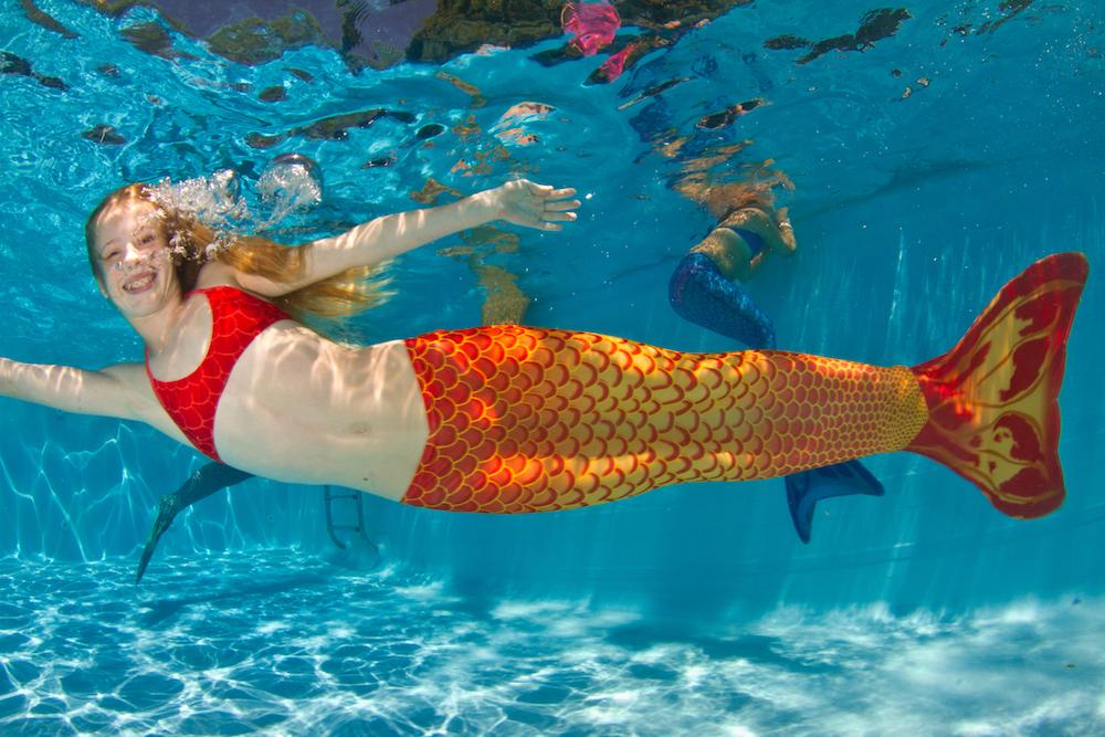 sereia da calda laranja nadando na piscina