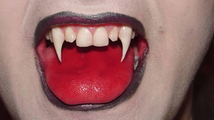 dentes de vampiro com a lingua vermelha