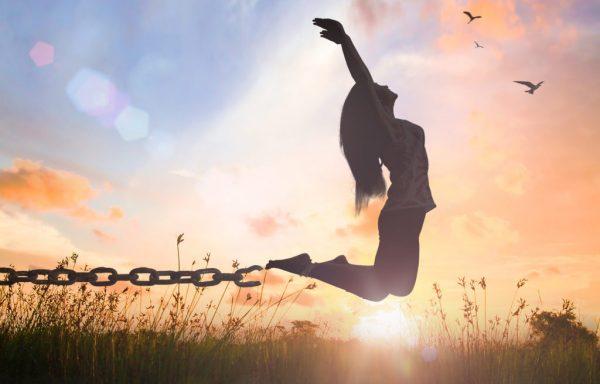 mulher se libertando das correntes do mal e perdoando os inimigos