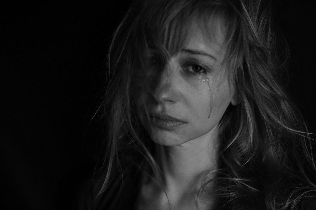 mulher chorando pelo ex namorado