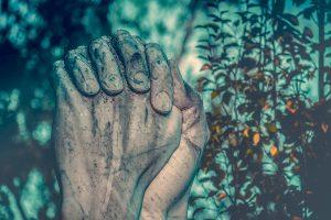 ▷ 4 Orações Para Se Livrar Dos Inimigos, Feitiços, Maldições e Inveja