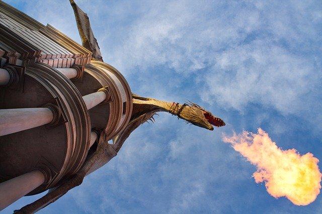 dragão soltando fogo pela boca
