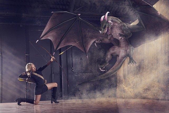 mulher lutando com um dragão com arco