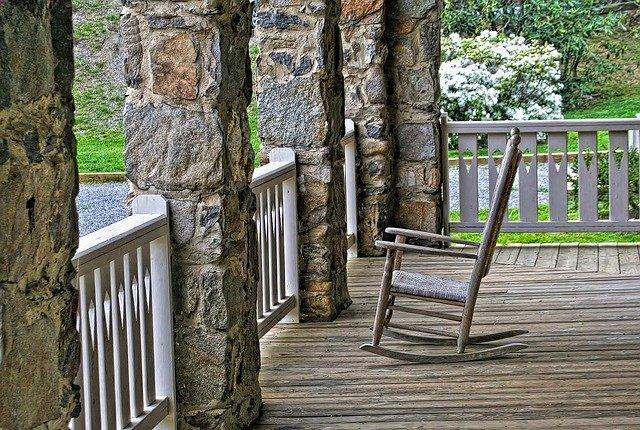 cadeira de balanço na varanda de uma casa