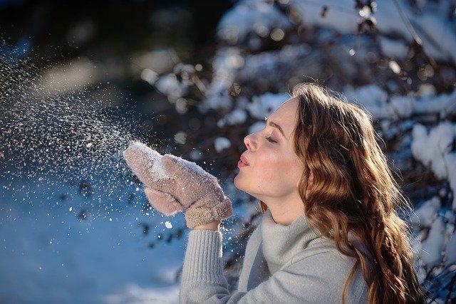 mulher no frio segurando neve