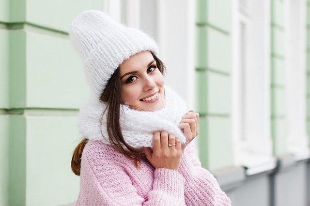 mulher de gorro e cachecol com frio