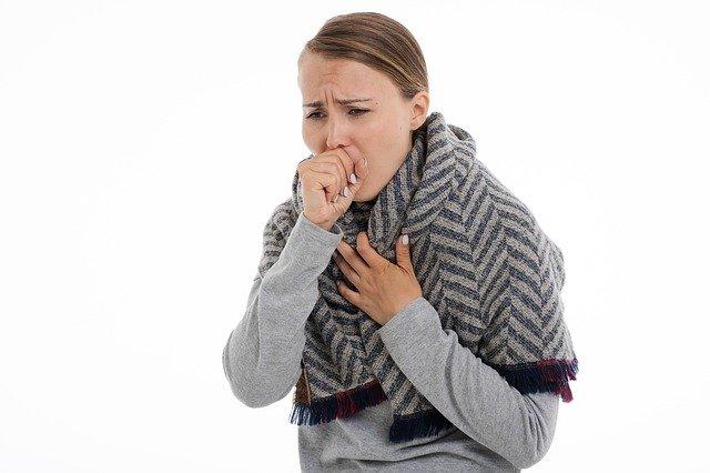 mulher tossindo doente com frio