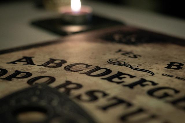 imagem de perto do tabuleiro ouija