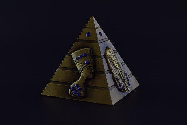 pirâmide com o fundo preto